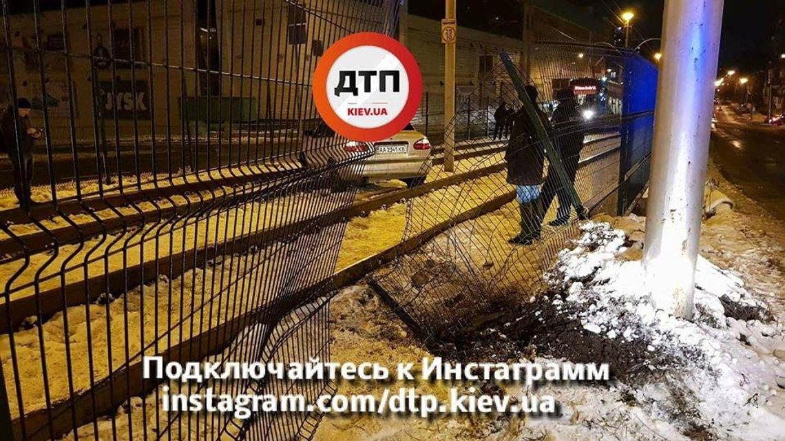 В Киеве пьяный водитель вылетел на рельсы скоростного трамвая - фото 96424