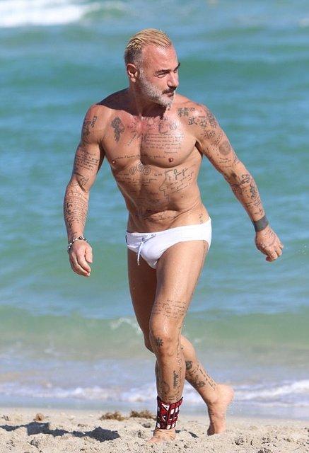 Танцующий миллионер Джанлука Вакки попался на пляже с новой красоткой - фото 95081