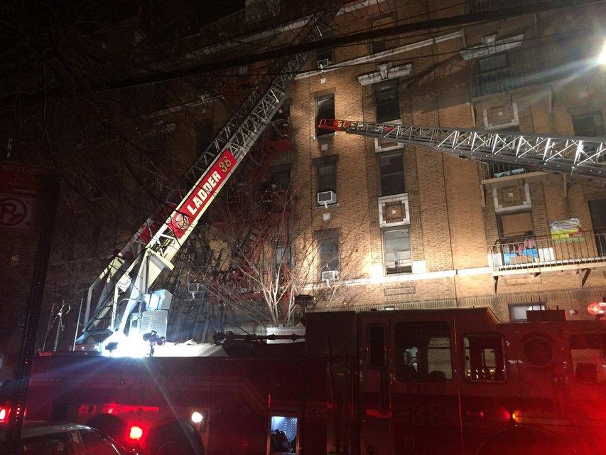 В Нью-Йорке заживо сгорело 11 человек и младенец - фото 99982