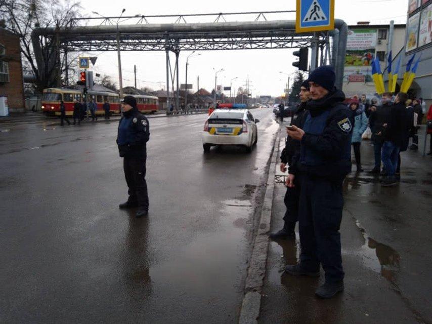 В Харькове взяли в заложники 9 взрослых и двоих детей - фото 100182