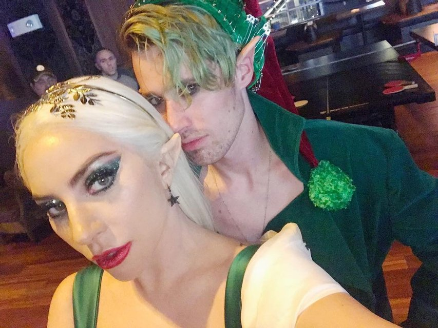 Леди Гага в костюме из секс-шопа отметила Рождество со своей командой - фото 96769