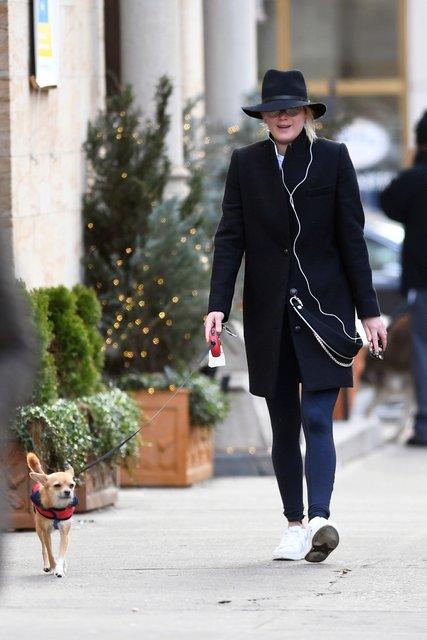 Дженнифер Лоуренс засветилась без макияжа на прогулке с собакой - фото 98156