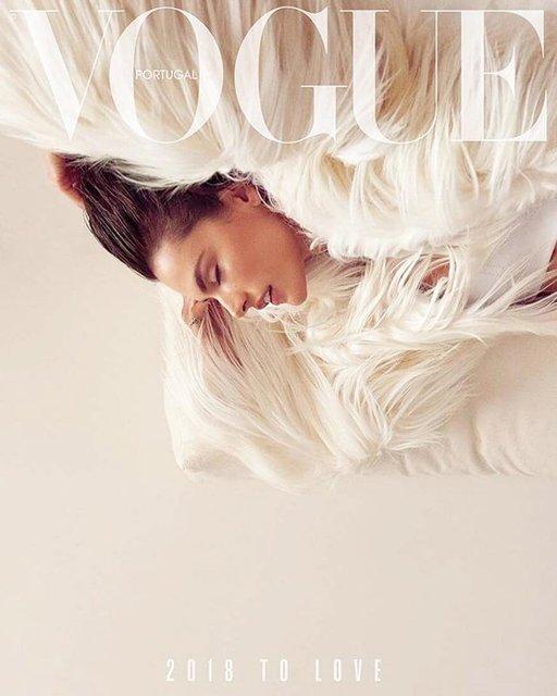 Алессандра Амбросио  топлес и в мехах снялась в откровенной фотосессии - фото 98391