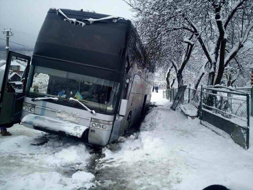 В Закарпатье попал в ДТП автобус с десятками туристов - фото 94703