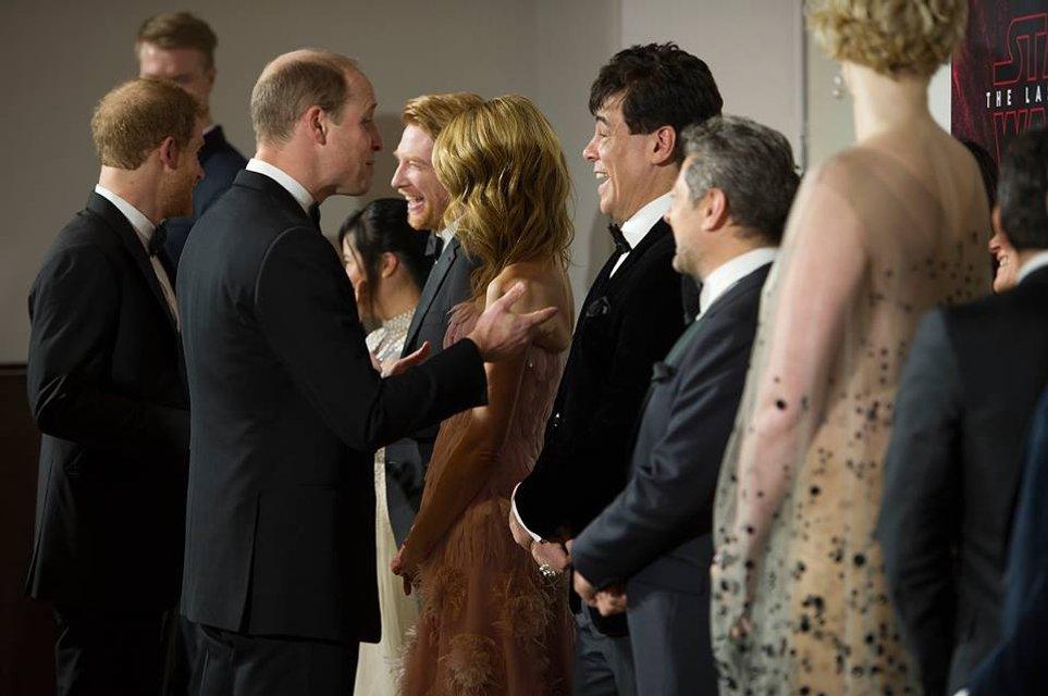 Принцы Уильям и Гарри без вторых половинок посетили премьеру новых Звездных войн - фото 96876