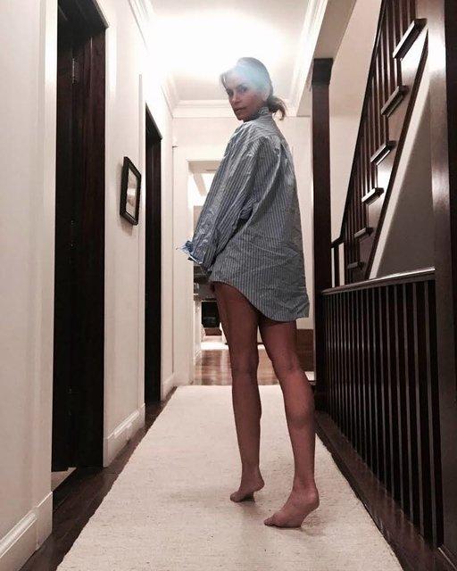Синди Кроуфорд в одной рубашке похвасталась стройными ножками на пикантном фото - фото 98160