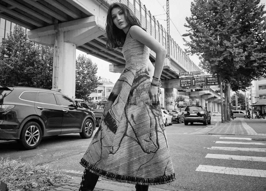 Белла Хадид в нижнем белье украсила обложку популярного глянца - фото 99317