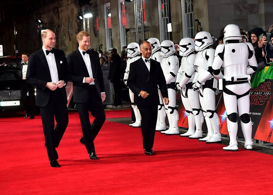 Принцы Уильям и Гарри без вторых половинок посетили премьеру новых Звездных войн - фото 96879