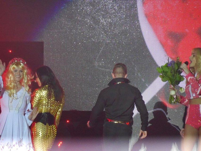 Ольга Фреймут в парике чуть не сорвала концерт  Ирины Федишин, выскочив на сцену (фото) - фото 95504