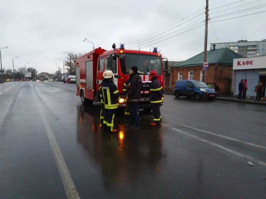 В Харькове взяли в заложники 9 взрослых и двоих детей - фото 100183
