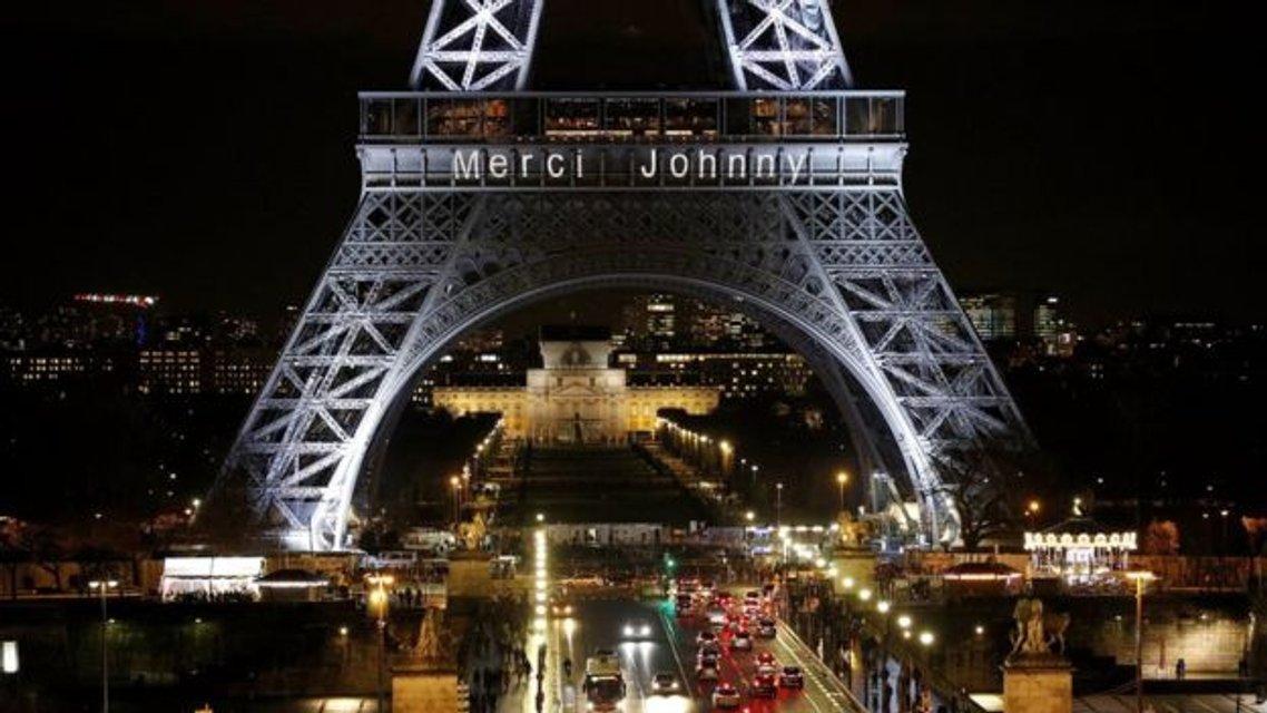 На Эйфелевой башне появилась световая надпись 'Merci Johnny' - фото 96035