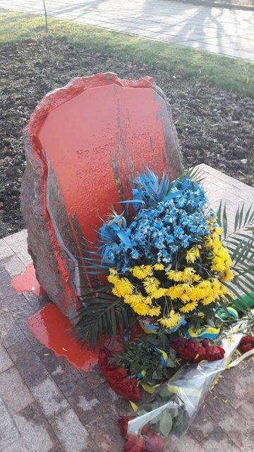 В Одессе облили краской памятник воинам АТО - фото 98991