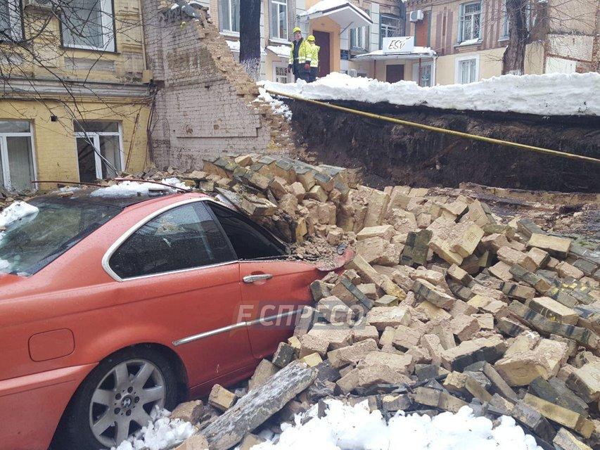 В центре Киева стена раздавила - фото 99085