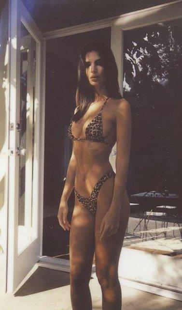 Эмили Ратажковски покрутилась перед камерой в эротическом купальнике - фото 99717