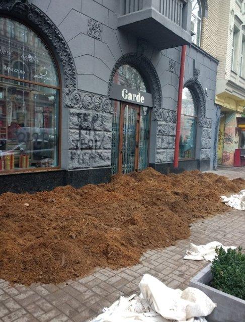 Неизвестные в центре Киева стеной навоза заблокировали элитный бутик - фото 97235