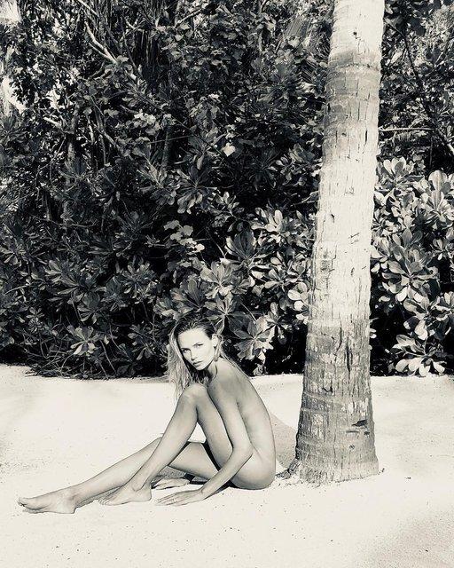 Наташа Поли снялась обнаженной в песке - фото 101901
