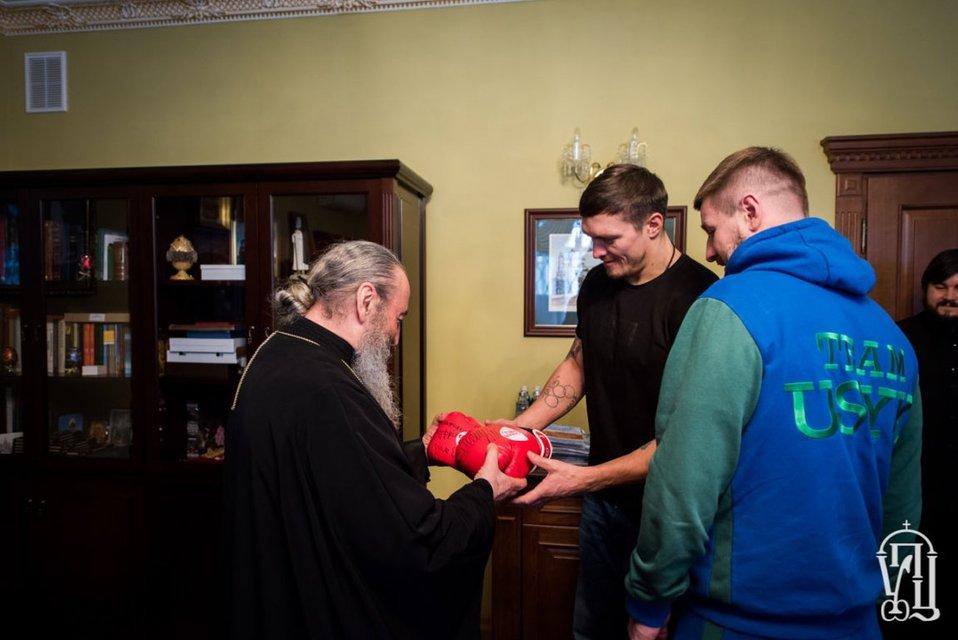 Несмотря на зашквары: Александр Усик мило побеседовал с митрополитом УПЦ МП - фото 102885