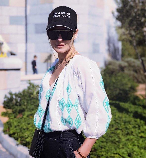 Украинка Маша Ефросинина прогулялась в вышиванке по Дубаю - фото 101671