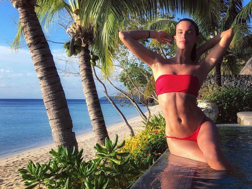Сара Сампайо похвалилась пикантными фото на отдыхе - фото 101417