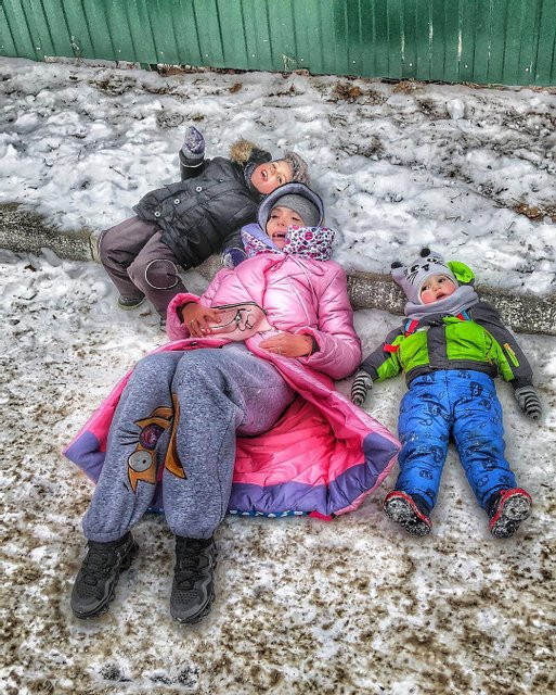 Слава Каминская показала, как играла с детьми в снегу - фото 105025