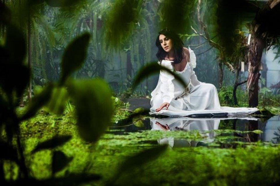 Голос країни-8: Беременная Джамала позировала на озере - фото 101374