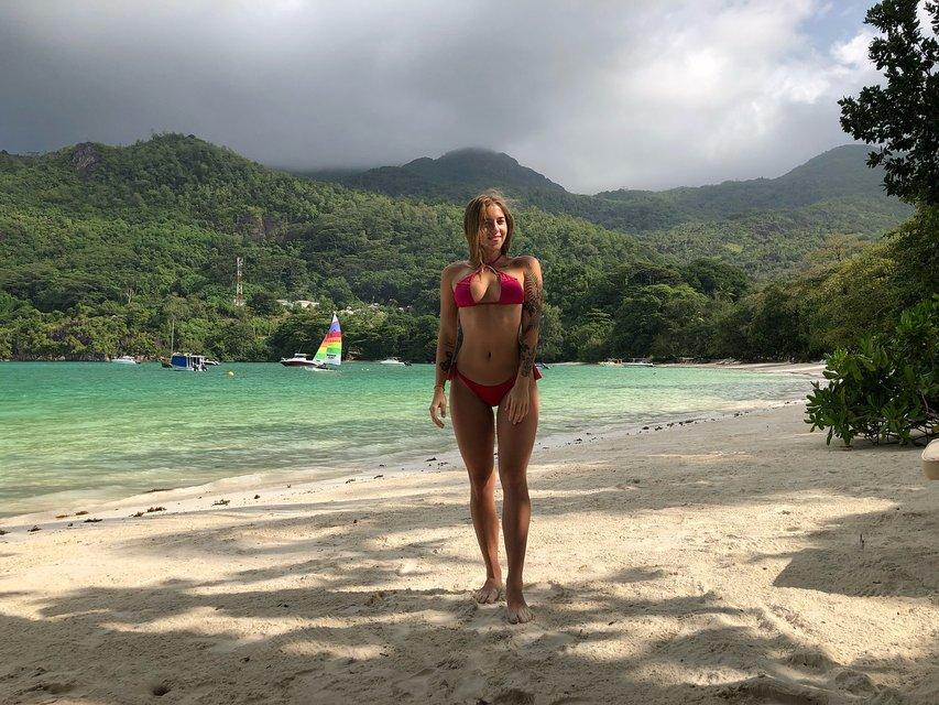 Дочь звездного исполнителя дразнится пикантными снимками с пляжа - фото 104993