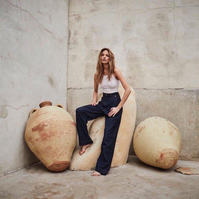 Марта Хант показала соблазнительную грудь в облегающем наряде - фото 103809