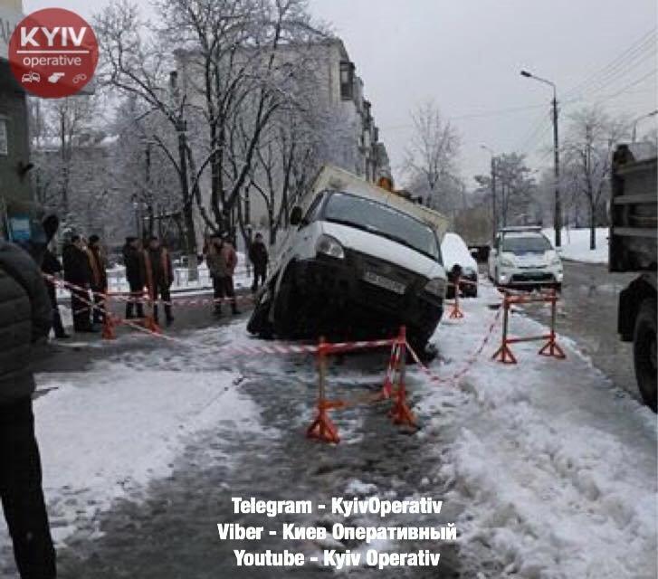 В Киеве под асфальт провалился фургон с хлебом - фото 107753