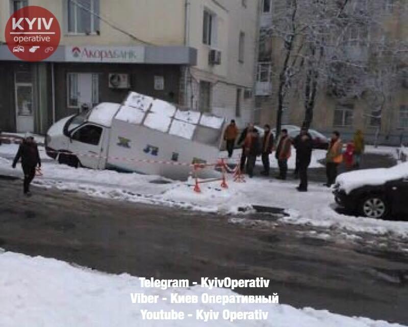 В Киеве под асфальт провалился фургон с хлебом - фото 107751