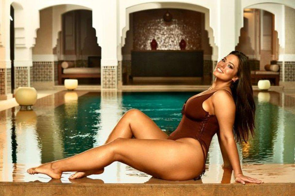 Модель Эшли Грэм создала коллекцию купальников и устроила съемки с мамой - фото 106972