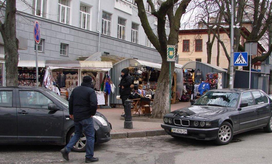 Часть Андреевского спуска в Киеве очистят от киосков с сувенирами - фото 106000