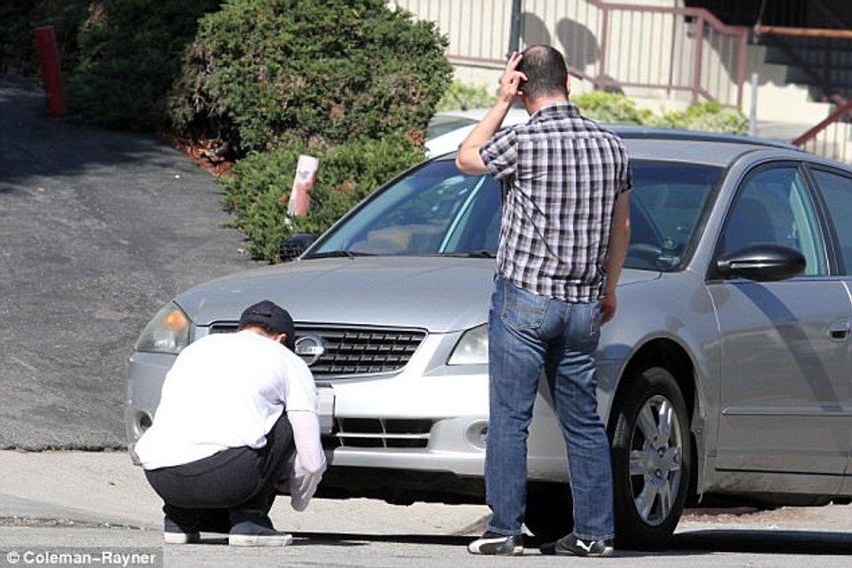 Брэд Питт попал в аварию на Tesla - фото 107303