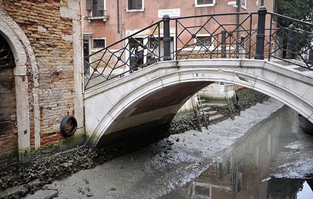 В Венеции пересохли каналы, гондольеры остались без заработка - фото 106287