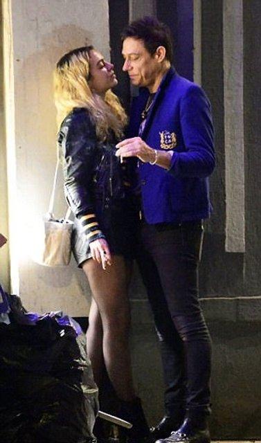 Бывшего Кейт Мосс застукали за поцелуями с незнакомкой - фото 107222