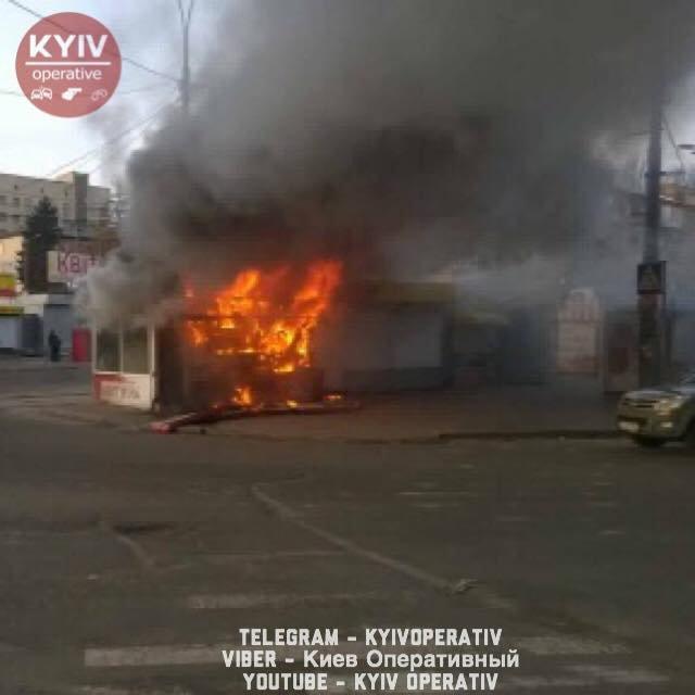 В Киеве загорелся МАФ возле 'Лукьяновки' - фото 105706