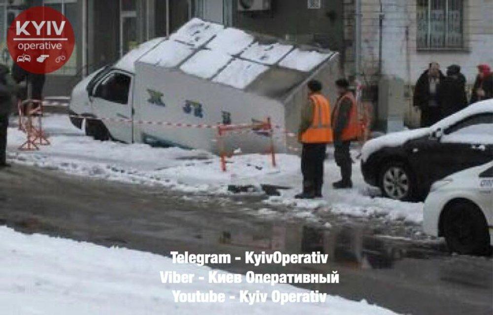 В столице Украины под асфальт провалился фургон с хлебом - фото 107752