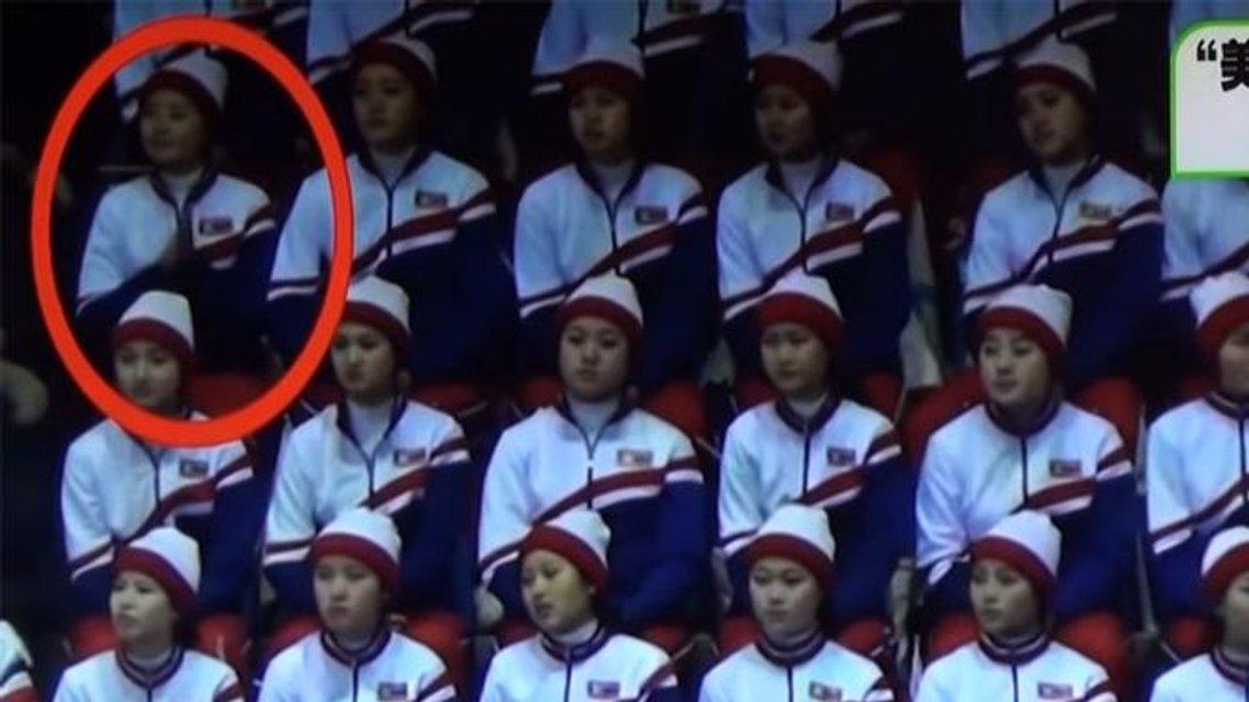 На Олимпиаде болельщица из КНДР похлопала фигуристам из США, но ее 'спалила' соседка - фото 110106