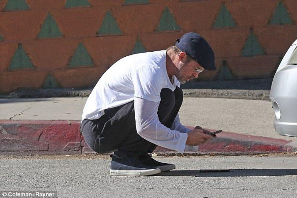 Брэд Питт попал в аварию на Tesla - фото 107304