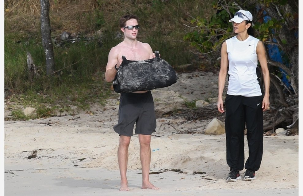 Роберта Паттинсона подловили полуголым на пляже, ФОТО - фото 106807