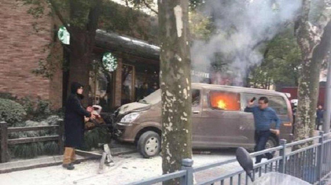 В Китае фургон влетел в толпу, много пострадавших - фото 106007