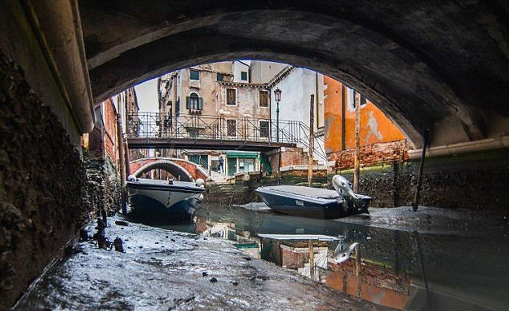 В Венеции пересохли каналы, гондольеры остались без заработка - фото 106283