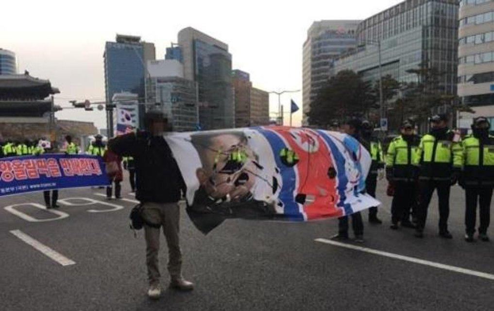 В Южной Корее прошли протесты против участия КНДР в Олимпиаде-2018 - фото 107873
