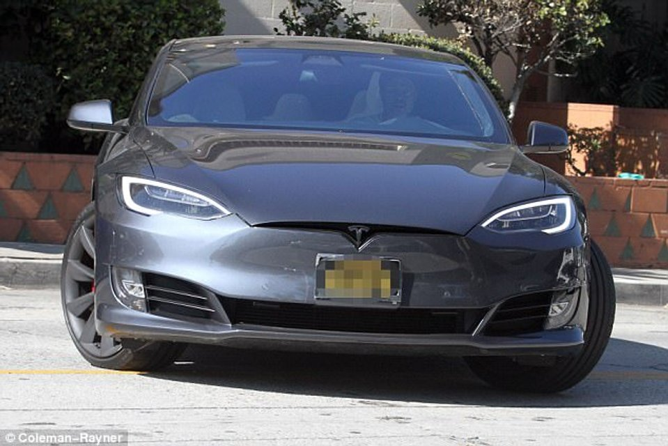 Брэд Питт попал в аварию на Tesla - фото 107306