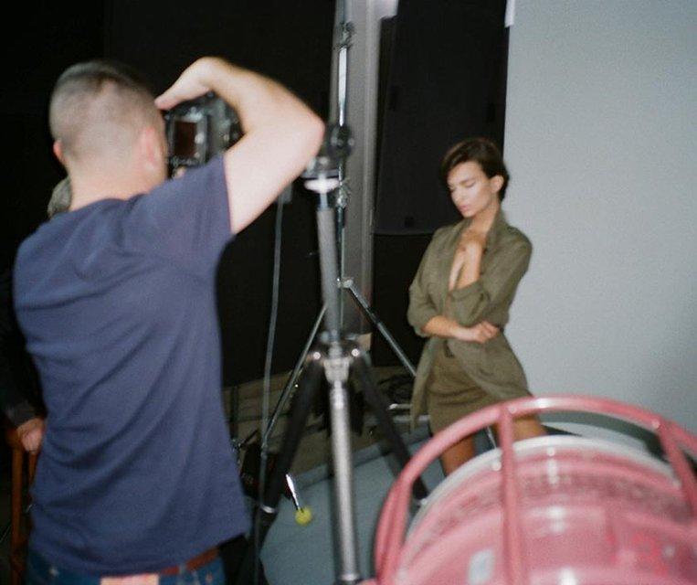 Эмили Ратажковски снялась в соблазнительной рекламе для модного бренда - фото 107542