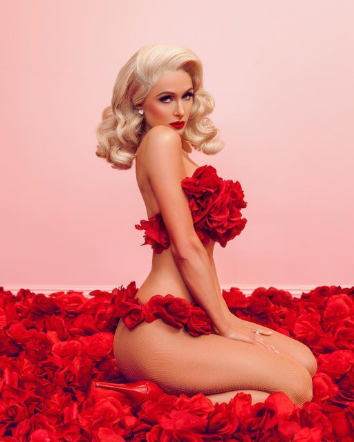 Пэрис Хилтон прикрылась только лепестками роз на откровенном фото - фото 108741