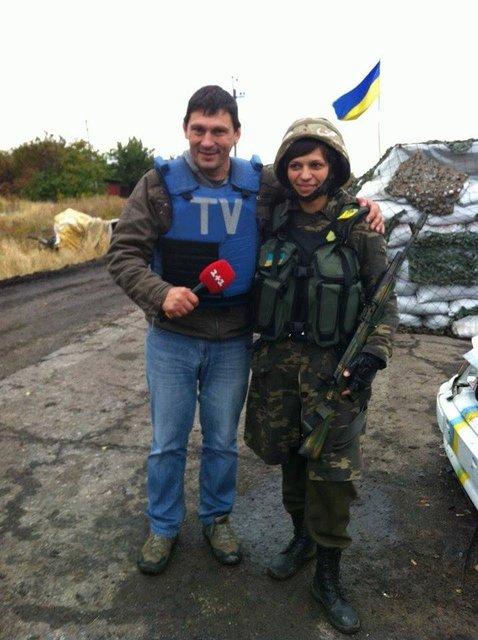 Украинская летчица Надежда Лысак с журналистом - фото 108045