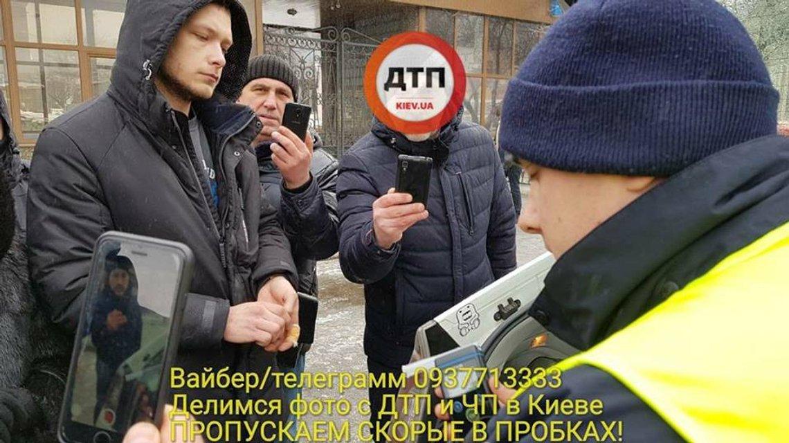 В Киеве BMW раздавил пешехода об столб (18+) - фото 108544