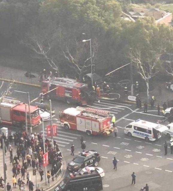 В Китае фургон влетел в толпу, много пострадавших - фото 106008