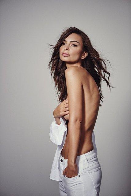 Эмили Ратажковски снялась в соблазнительной рекламе для модного бренда - фото 107552
