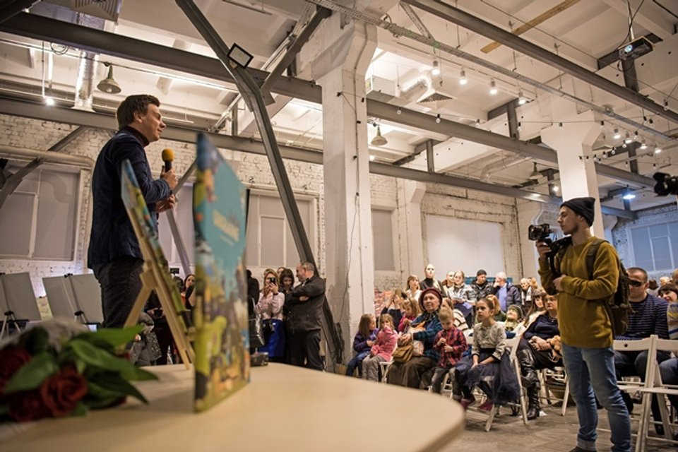 Комаров во время презентации книги - фото 106275